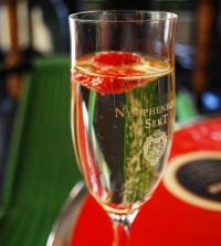 Sekt by flickr distillated - Sektglas beim Einschenken leicht schräg halten