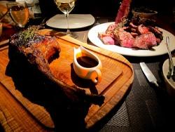 Steak by flickr Andrew Hyde - New Yorker Restaurant bietet passendes Accessoire zum Steak