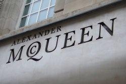 Alexander McQueen by wikimedia Damian Cugley - Nachfrage nach Luxusmarken erheblich gestiegen