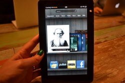 Kindle Fire by wikimedia Courtney Boyd Myers - Kindle Fire: Amazon-Tablet soll hinter iPad liegen