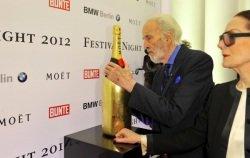 Christopher Lee © Moët Hennessey - Moët & Chandon: Stars signieren goldene Flasche auf Berlinale