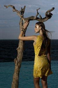 11 11 21 AnaAlcazar 03 152 199x300 - Kleider von Ana Alcazar - edel, glamuorös und so sanft wie streichelnder Sommerwind
