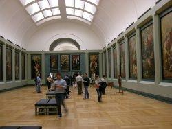 Louvre by wikimedia Hofi0006 - Ferragamo: Exklusive Modenschau im Louvre!