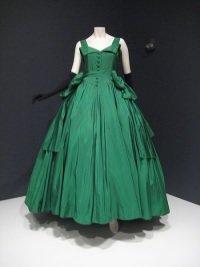 """Dior by wikimedia Imrich - Ausstellung """"Esprit Dior"""" in Peking: Couture, Kunst und China"""