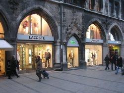 Lacoste by wikimedia Topfklao - Lacoste: Familienstreit um Nachfolge schaukelt sich weiter hoch