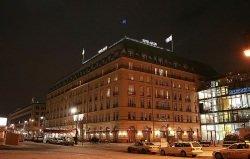 Adlon by wikimedia Knut Rosenthal - Hotel Adlon: Hohe Verluste für Investoren?