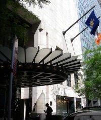 Eingang Four Seasons Hotel schreiben cc by wikimedia/ Jim.henderson