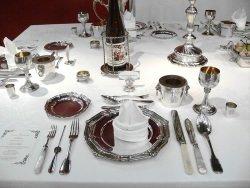 Silbertafel Quelle Wikimedia - Butler Valet School von Rick Fink: Die hohe Kunst des Dienens