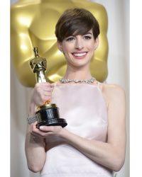 TIFFANY CO. ANNE HATHAWAY AT THE 85TH ACADEMY AWARDS® - Oscars 2013: Anne Hathaway in Schmuck von Tiffany