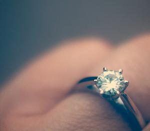 Verlobungsring 300x262 -  Ein Diamant ziert den Verlobungsring