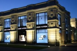 Louis Vuitton by wikimedia Владислав Фальшивомонетчик - München: Louis Vuitton Maison eröffnet!