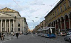 Maximilianstraße München by wikimedia Andreas Praefcke - Essie: Nagellack inspiriert von internationalen Prachtstraßen