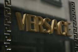 Versace by wikimedia Shande Adams - Versace eröffnet Haute Couture Schauen in Paris
