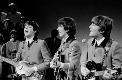 Beatles by wikimedia Omroepvereniging VARA - Bloomingdale's in New York feiert 50 Jahre Beatlemania in den USA