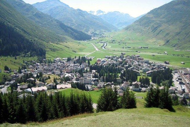 Andermatt by wikimedia Parpan05 - Andermatt: Der neue Luxus-Skiort in der Schweiz?