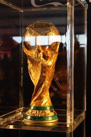 Fifa world cup trophy cc by wikimedia Eddy1988 - Fußball-WM 2014: DFB lässt eigenes Luxusquartier für Nationalelf bauen