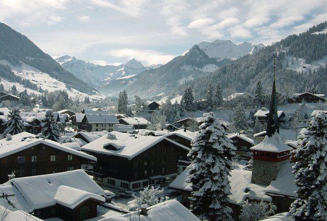 Gstaad by wikimedia GstaadTourismus - The Alpina Gstaad: Luxushotel zwischen Moderne und Schweizer Tradition