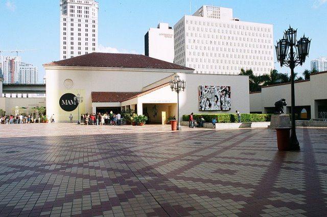 Miami Art Museum Quelle Wikimedia - Art Basel Miami 2013: Sehen und gesehen werden