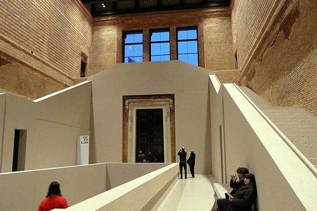 "Neues Museum Berlin by wikimedia Lenie Beutler - ""Objects de Couture"": Opulente Präsentation des Valentino-Bildbands in Berlin"