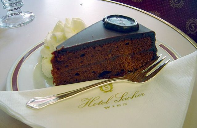 Sachertorte by wikimedia David Monniaux - Schokoladige Beauty-Behandlung im Wiener Traditionshotel Sacher