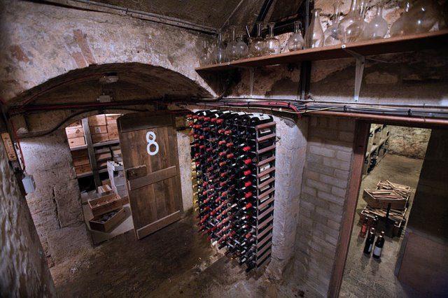 Weinkeller by wikimedia Jorge Royan - Weinkeller: Dies muss man bei der Einrichtung beachten