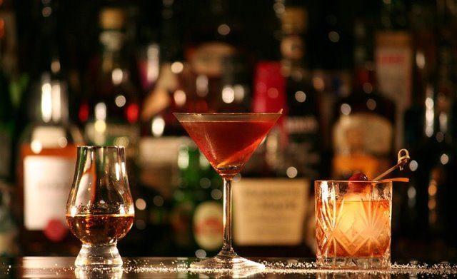 Cocktails cc by wikimedia Marler - Reka Moscow: Edel-Restaurant mit Eisterrasse und Diamanten-Cocktail