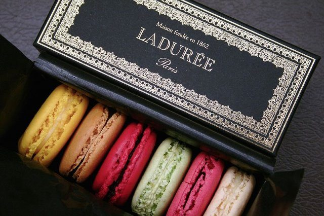 Ladurée Macaron cc by wikimedia Louis Beche - Ladurée in Paris: Macarons und Beauty-Highlights à la Marie Antoinette