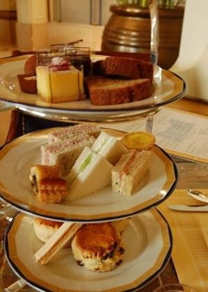 Peninsula_Afternoon_tea cc by wikimedia, snowpea&bokchoi