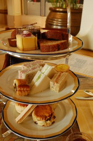 Peninsula Afternoon tea cc by wikimedia snowpeabokchoi - Shout-Outs: Der Blogger-Wochenrückblick