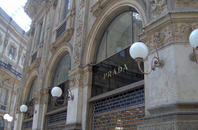 Prada cc by wikimedia Nrkpan - London: Die neuen Prada-Schuhe selbst gestalten