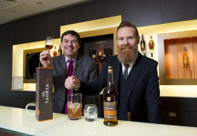 Dr Bill Lumsden Glenmorangie and Jason Scott Bramble bar toast Cask Masters crowd managed Taghta whisky  - Glenmorangie Cask Masters: Die finale Runde!