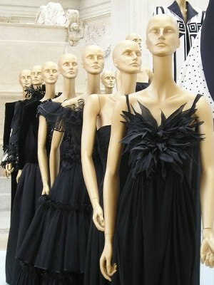 "Valentino cc by wikimedia Loquax - London: Ausstellung ""The Glamour of Italian Fashion"""