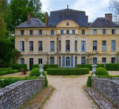 Catherine Deneuve Schloss Foto sothebysrealty com