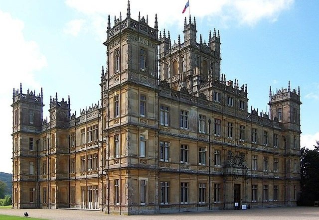 "Highclere Castle cc by wikimedia JB + UK Planet - Highclere Castle: Eine Übernachtung in ""Downton Abbey""-Herrenhaus ersteigern"