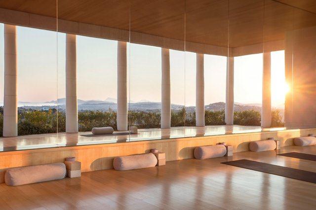 hotel amanzoe heli porto yoga studio - Die exklusivsten Luxushotels Griechenlands