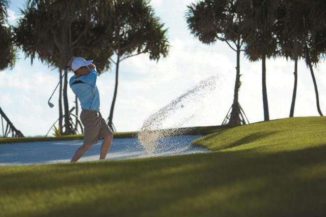 00 Golfen unter Palmen © Shangri La's Villingili Resort Spa Maldives 640x426 - Die schönsten tropischen Golfplätze in der Sonne