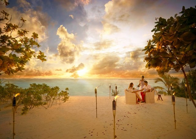 BRANDO SunsetDinner Beach couple A - Honeymoon & Wedding - die schönsten Luxus-Destinationen Teil 2