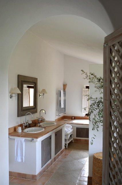 Brusceto bathroom - Kunst im Luxusanwesen - neue Ausstellung im Castello di Reschio