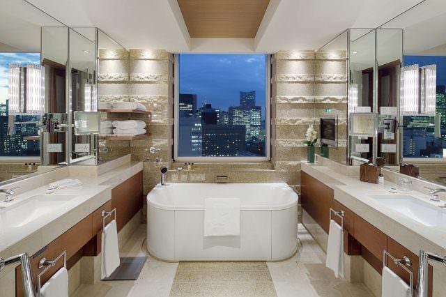 """PTK Deluxe Suite Bathroom 640x426 - """"Pink Party"""" in Tokio mit dem Luxushotel Peninsula Tokyo"""