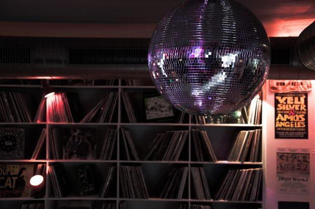 Widder Garage Discokugel 640x426 - Widder Garage - luxuriöse It-Bar in Zürich mit neuer Pop Up-Location