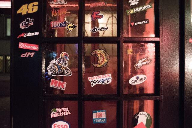 Widder Garage Eingangstür 640x426 - Widder Garage - luxuriöse It-Bar in Zürich mit neuer Pop Up-Location