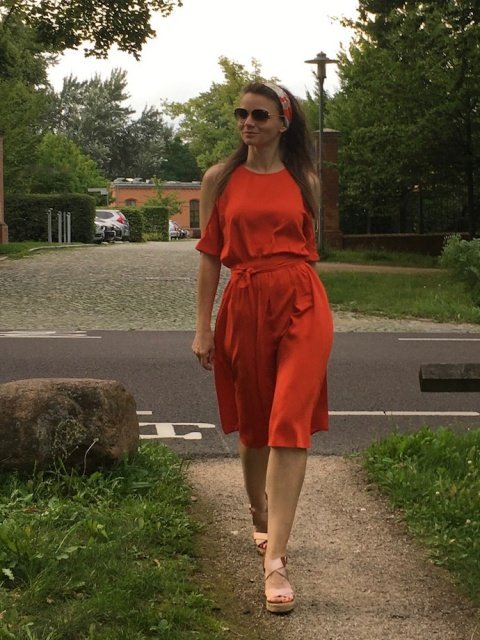 Beach waves wellen glattes Haar tipp outfit off shoulder dress schulterfrei kleid orange sommer look 02 - Sommer Styling für feines Haar - Bewegung mit Locken und Beachwaves