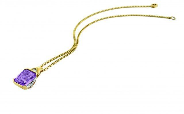 Anhänger € 249– Gelbgold 585 mit Diamanten Amethyst Panzerkette € 195– Gelbgold 585 640x396 - Perfekt gestylt in die Ballsaison