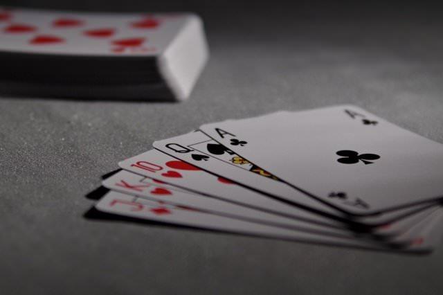 casino outfit - Diese Promis stehen auf Poker, Black Jack und Co.