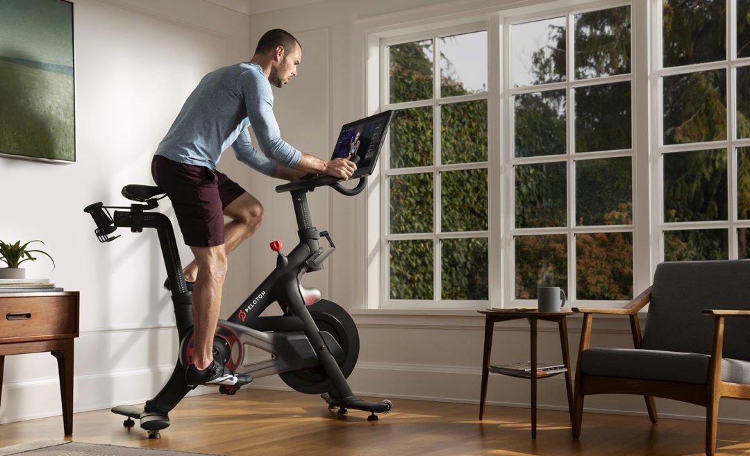 peloton spinning bike wohnzimmer 1080x657 - One Peloton Bike - die Revolution des Heim-Fitnessmarkts?