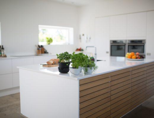 einbaukuechen arbeitsplatten material 520x400 - Arbeitsplatten in der Küche - Wo sollten Sie und wo sollten Sie besser nicht sparen?