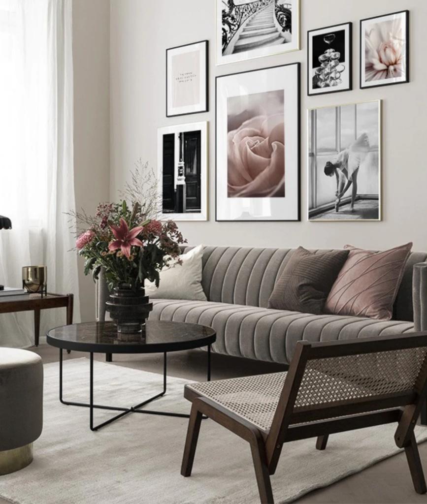 bilderwand spring fashion wohnzimmer 867x1024 - Bilderwände gestalten für modernes Wohnflair