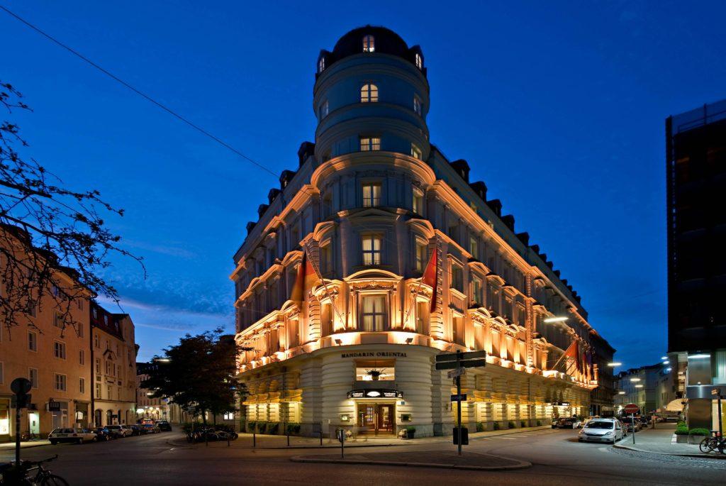 munich exterior night 2 1024x685 - Mandarin Oriental München – neues Design & mehr Nachhaltigkeit