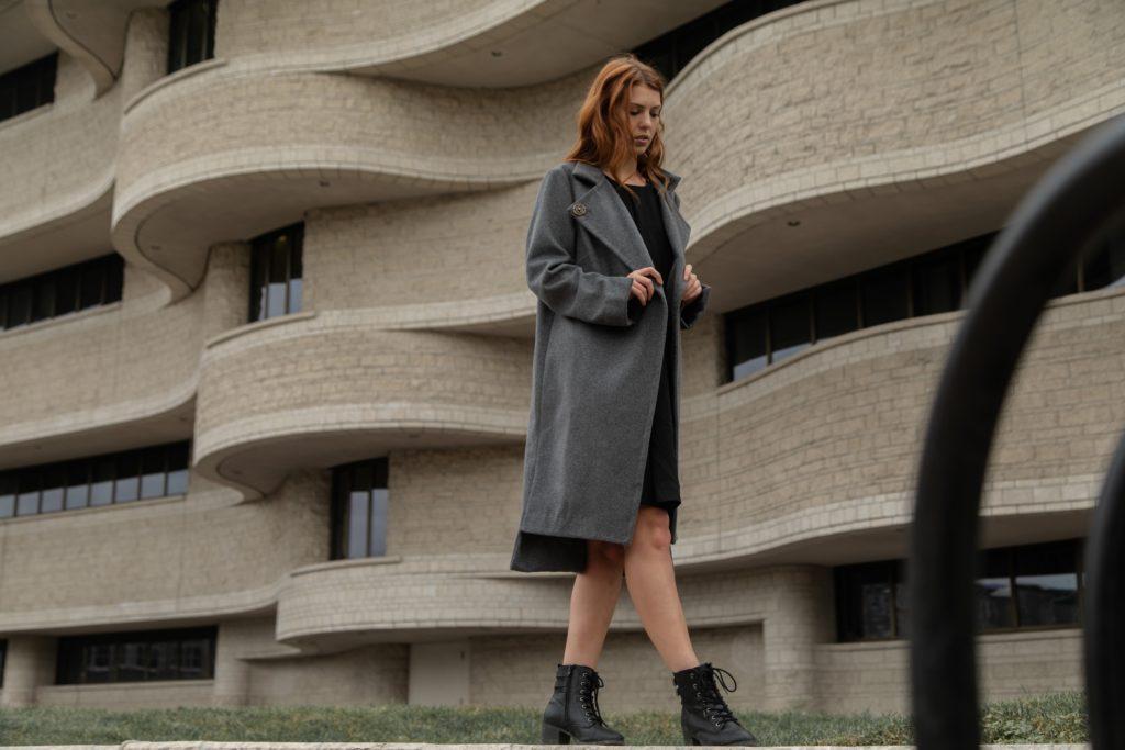 mantel stiefeletten outfit look 1024x683 - Klassisch oder extravagant: Stiefeletten, das Must-have im Herbst und Winter