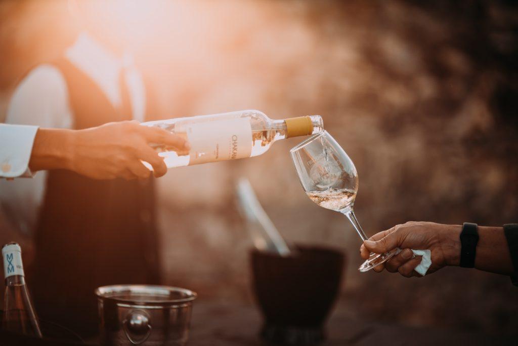 wein schwenken 1024x683 - Wein dekantieren: Welchen Wein muss man atmen lassen?